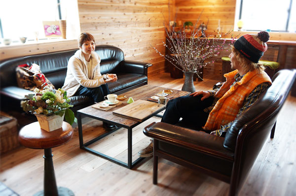 木のカフェでくつろぐ