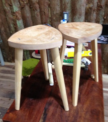 三脚の椅子